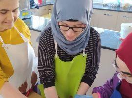 Öğrencilerimiz grup derslerinde öğretmenleri ile beraber lezzetli bir girişimde bulundular.